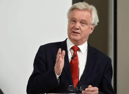 O ministro do Brexit, David Davis, fala durante evento em Londres