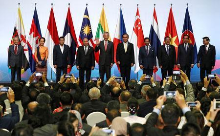 ASEAN leaders gather for a group photo during the opening ceremony of the 33rd ASEAN Summit in Singapore November 13, 2018. REUTERS/Edgar Su