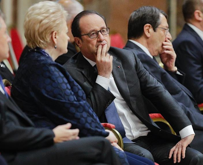 France's President Francois Hollande (C) speaks to Lithuania's President Dalia Grybauskaite, as they wait for Pope Francis before an audience to European Union leaders at the Vatican, on March 24, 2017 (AFP Photo/Andrew Medichini)
