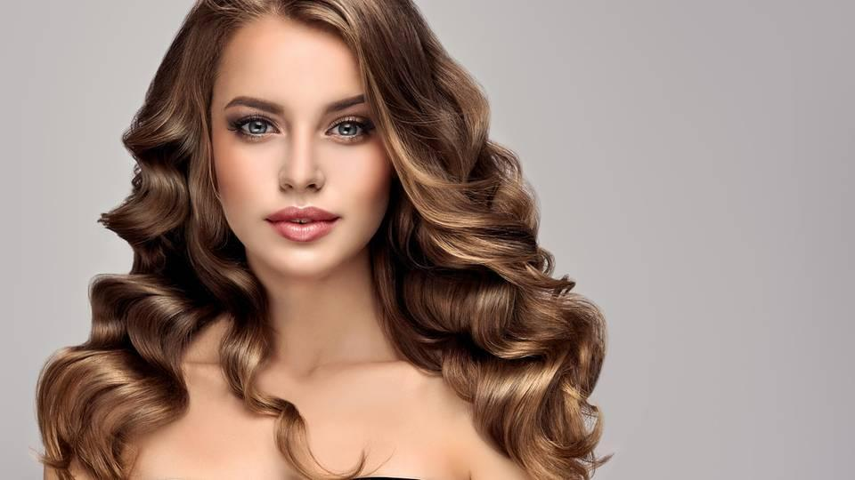 Hollywood Curls: Frau mit glamourösen Locken
