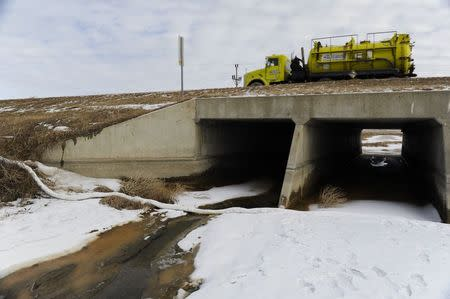 Clean-up efforts continue about 15 miles outside Williston, North Dakota January 22, 2015. REUTERS/Andrew Cullen