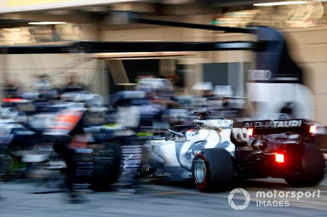 """Pierre Gasly, AlphaTauri AT01 pit stop <span class=""""copyright"""">Andrew Hone / Motorsport Images</span>"""