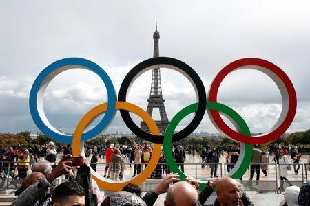 Olympic rings to celebrate the IOC official announcement that Paris won the 2024 Olympic bid are seen in front of the Eiffel Tower at the Trocadero square in Paris, France, September 16, 2017. REUTERS/Benoit Tessier - RC16C5D81FE0
