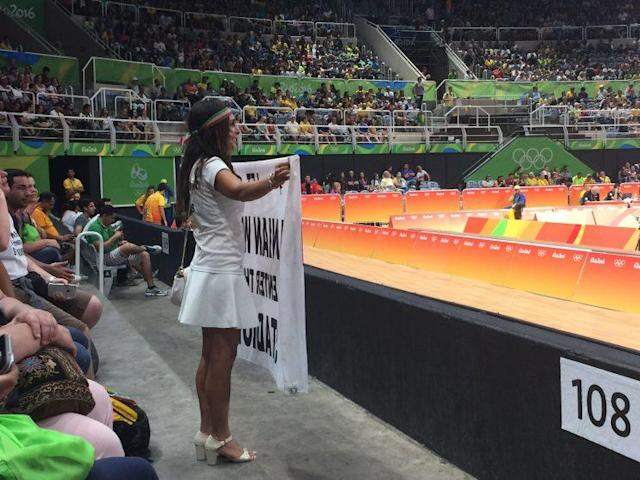 Darya Safai showed up with her sign again on Monday. (Yahoo Sports)