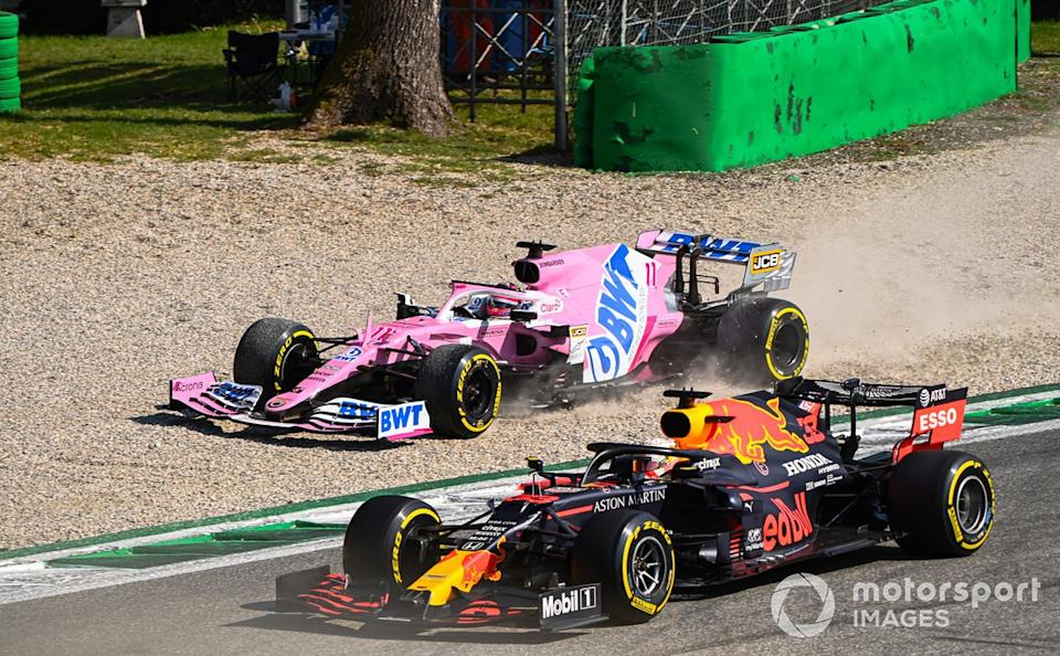 "Sergio Pérez, Racing Point RP20, en la grava y Max Verstappen, Red Bull Racing RB16<span class=""copyright"">Mark Sutton / Motorsport Images</span>"