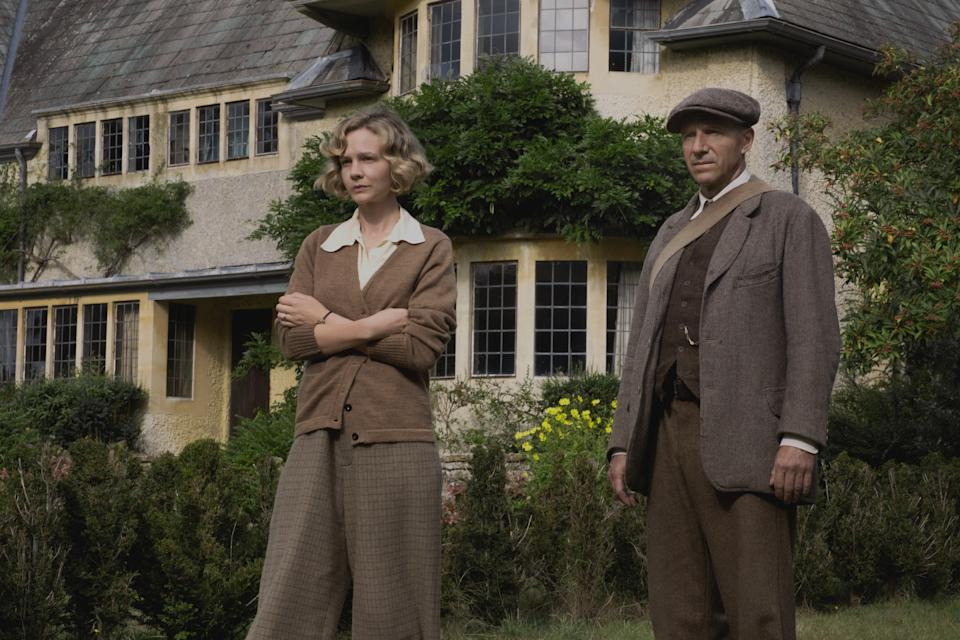 Carey Mulligan plays Edith Pretty and Ralph Fiennes plays Basil Brown in Netflix's The Dig
