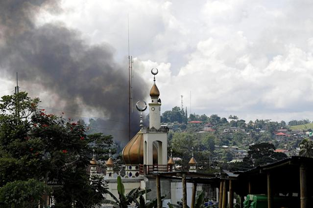 <p>Smoke billows at the site of fighting between government soldiers and Maute group, near a mosque in Marawi City, southern Philippines May 30, 2017. (Erik De Castro/Reuters) </p>