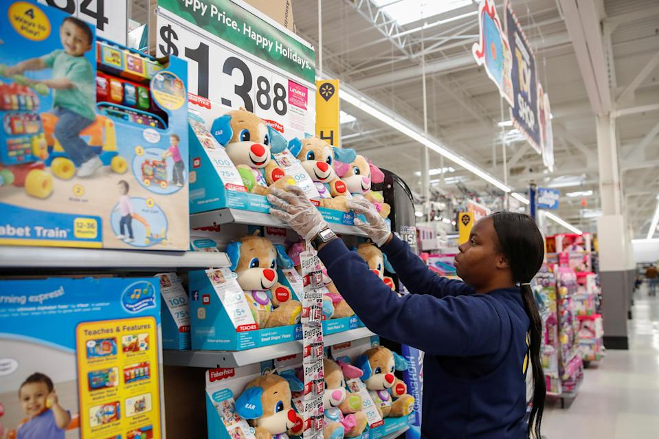 An employee puts up a toys display ahead of Black Friday  at a Walmart store in Chicago, Illinois, U.S. November 27, 2019. REUTERS/Kamil Krzaczynski