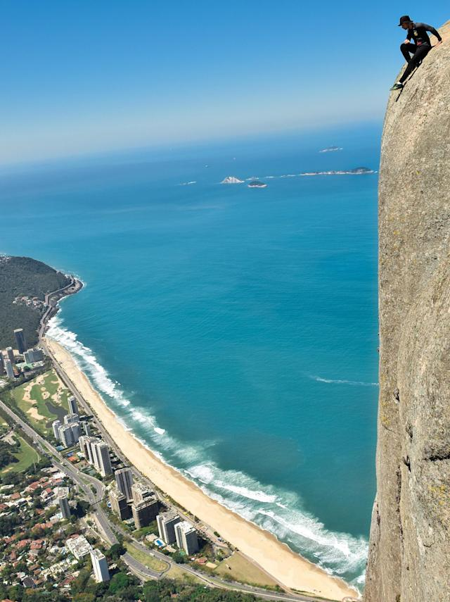 <p>Luiz Fernando of Brazil atop the Pedra da Gávea, which has an 842-meter drop. (Photo: Luiz Fernando/Caters News) </p>