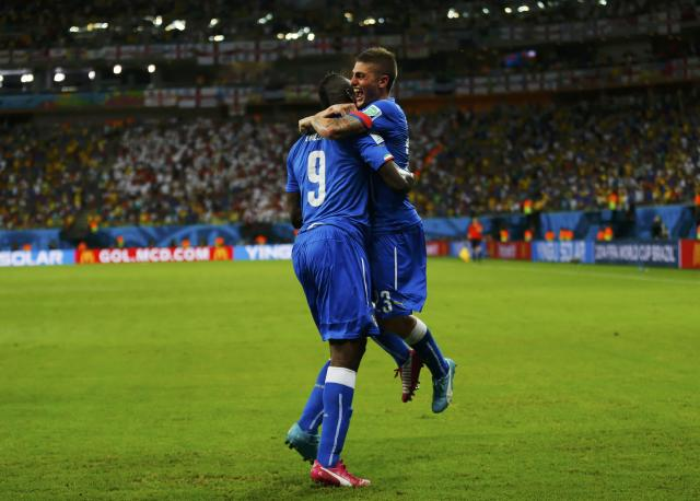 Italy's Mario Balotelli (L) celebrates his goal against England with teammate Marco Verratti during their 2014 World Cup Group D soccer match at the Amazonia arena in Manaus June 14, 2014. REUTERS/Ivan Alvarado (BRAZIL - Tags: SOCCER SPORT WORLD CUP)