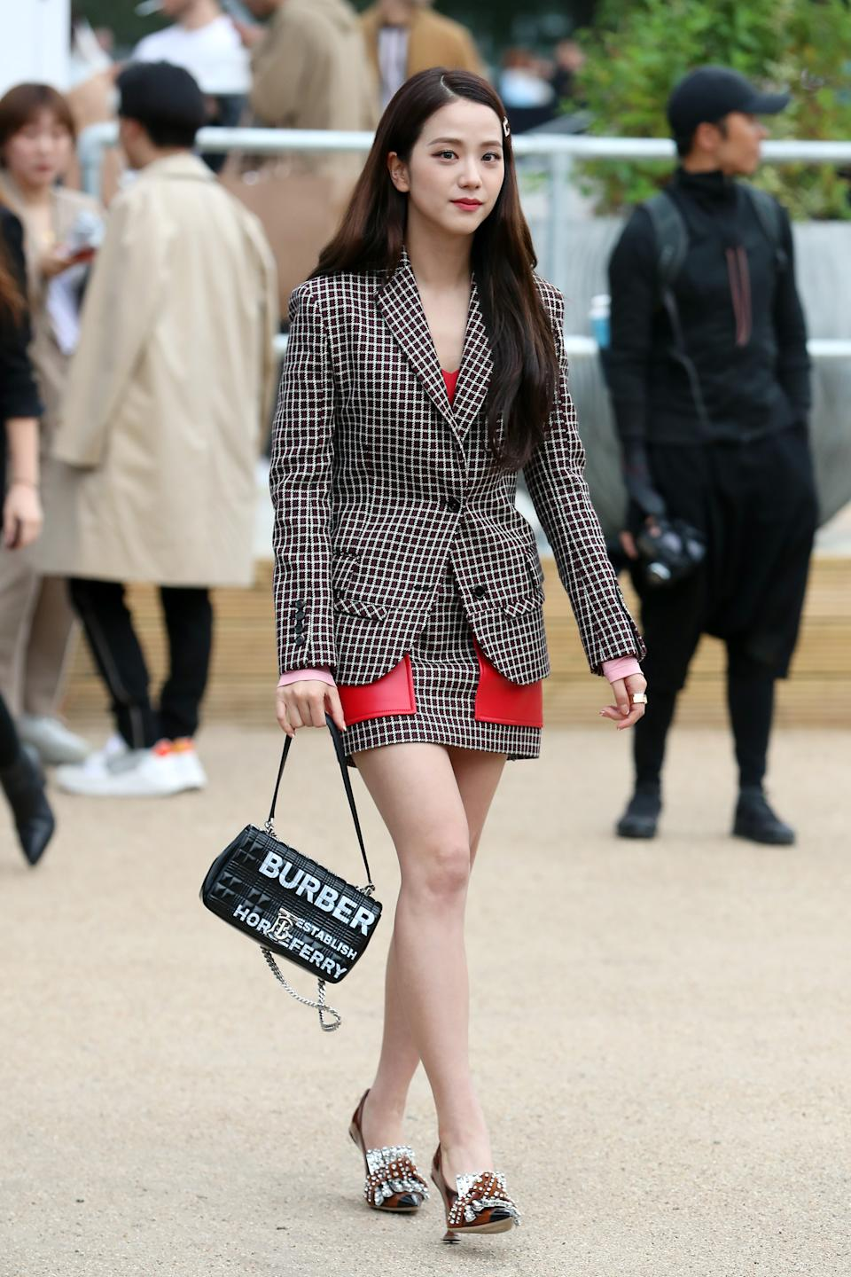 Jisoo arriving at Burberry's SS20 show. [Photo: Getty Images]