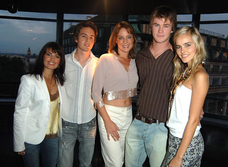 Chris Hemsworth pictured with Home and Away cast in 2005
