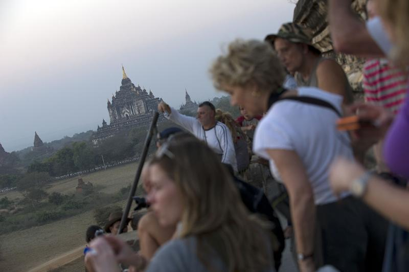 Tourists wait for sunset over the pagodas in Myanmar's northern ancient town of Bagan (AFP Photo/-)