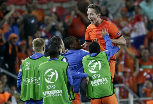 Luuk de Jong, of the Netherlands celebrates with reserve players after he scored a second goal against Russia during a UEFA European U21 Soccer Championship Group A match in Jerusalem, Sunday, June 9, 2013. (AP Photo/Bernat Armangue)