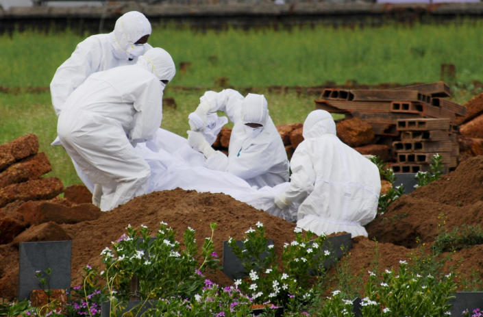 Paramedics bury the body of Valachekutti Mosa, who died of the Nipah virus, in Kozhikode, in the southern Indian state of Kerala,  May 24, 2018. / Credit: K.Shijith/AP