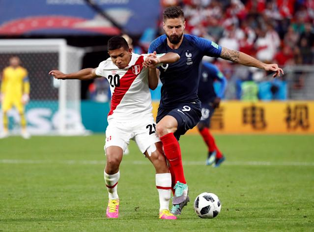 Soccer Football - World Cup - Group C - France vs Peru - Ekaterinburg Arena, Yekaterinburg, Russia - June 21, 2018 France's Olivier Giroud in action with Peru's Edison Flores REUTERS/Damir Sagolj