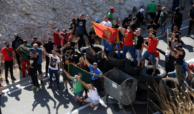 The protesters hope to prevent SPC leaders from entering into the monastery (AFP/SAVO PRELEVIC)