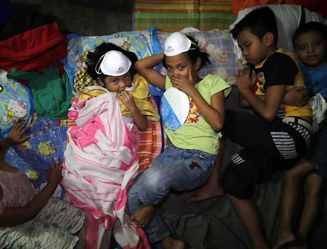 <p>Local residents take refuge in an evacuation center following recent activity of the Mayon Volcano, in Camalig town, Albay Province, Philippines, Jan. 15.2018. (Photo: Francis R. Malasig/EPA-EFE/REX/Shutterstock) </p>
