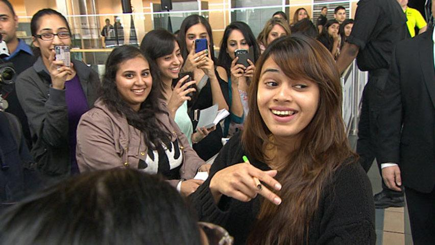 Shalmali Kholgade sings an excerpt of 'Lat Lag Gayi' to fans at the Vancouver airport