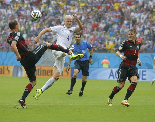 Germany's Benedikt Hoewedes (L) fights for the ball with Michael Bradley of the U.S. during their 2014 World Cup Group G soccer match at the Pernambuco arena in Recife June 26, 2014. REUTERS/Laszlo Balogh (BRAZIL - Tags: SOCCER SPORT WORLD CUP)