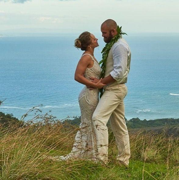 <p>MMA fighter Ronda Rousey married her fellow UFC athlete Travis Brown in his native Hawaii. The couple appropriately tied the knot during last weekend's infamous McGregor vs Mayweather boxing match with Rousey wearing an ivory 'Harper' dress by designer Galia Lahav.</p>