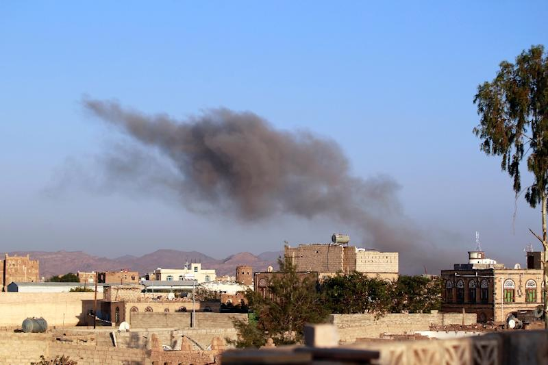 Smoke billows after reported air-strikes by the Saudi-led coalition on arms warehouses at al-Dailami air base, controlled by Yemeni Iran-backed Shiite Huthi rebels and their allies, September 26, 2015, north of Sanaa (AFP Photo/Mohammed Huwais)