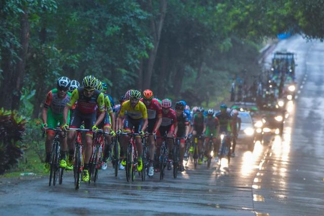 Cyclists ride a stage at the 2017 Tour of Hainan (AFP Photo/STR)