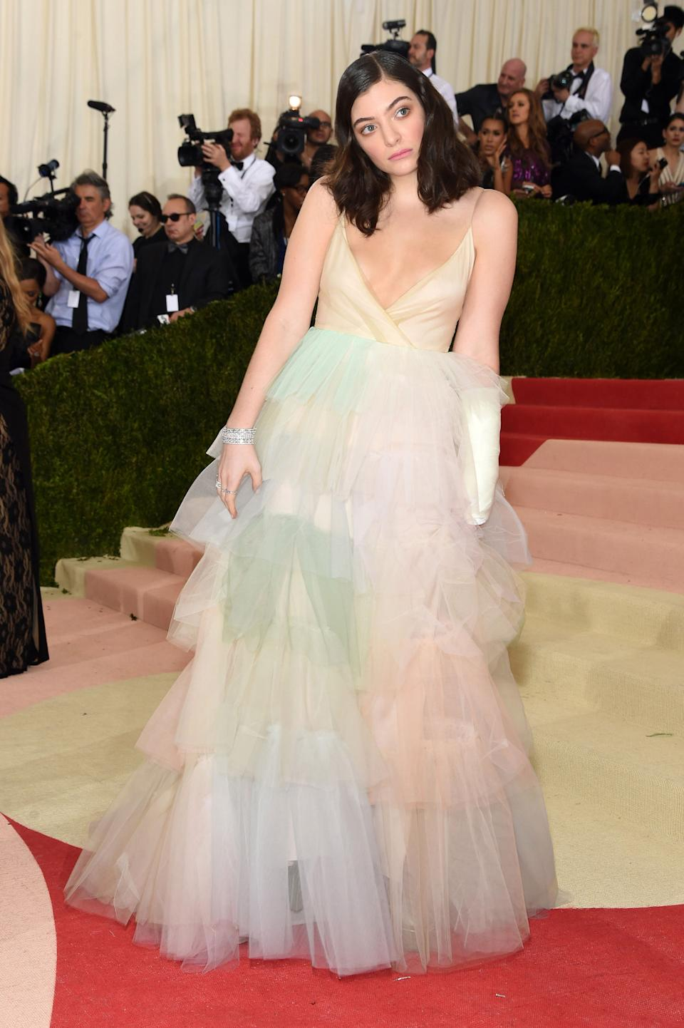 """<h1 class=""""title"""">Lorde in a Valentino dress and Giuseppe Zanotti shoes</h1><cite class=""""credit"""">Photo: Getty Images</cite>"""