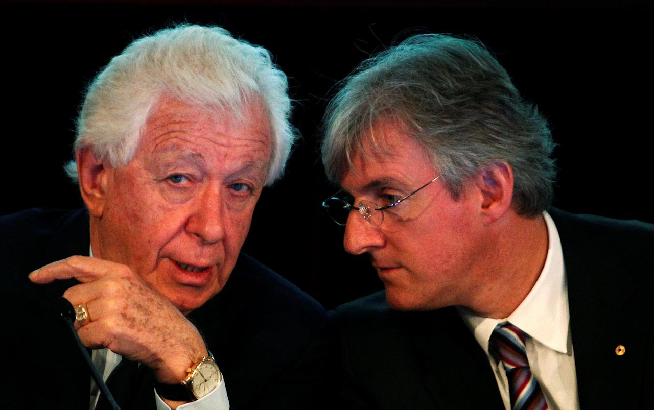 FILE PHOTO: Westfield Group Chairman Frank Lowy (L) talks to Managing Director Steven Lowy at an investors' briefing in central Sydney November 3, 2010.  REUTERS/Daniel Munoz/File Photo