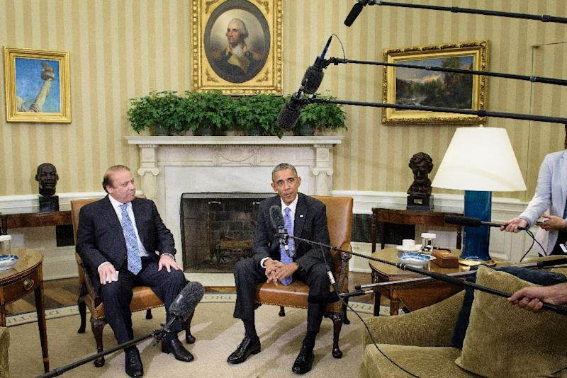 Pakistan's Prime Minister Nawaz Sharif (L) and US President Barack Obama hold a meeting in the Oval Office of the White House on October 22, 2015 (AFP Photo/Brendan Smialowski)