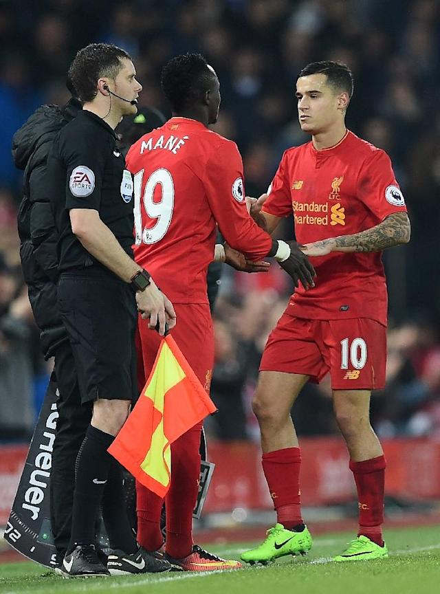 Liverpool's midfielder Philippe Coutinho (R) is substituted off for Liverpool's midfielder Sadio Mane during the English Premier League football match against Chelsea January 31, 2017 (AFP Photo/PAUL ELLIS)