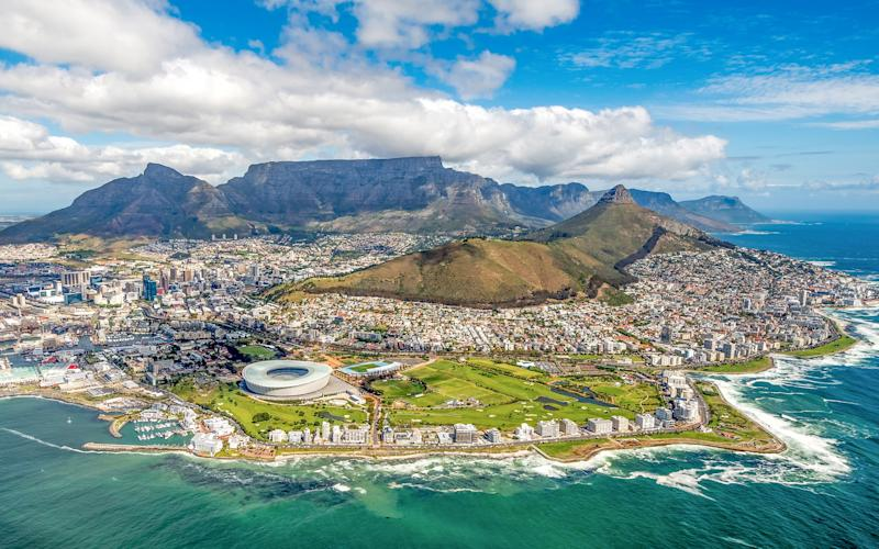 The port city of Cape Town sits in the shadow of the imposing Table Mountain - Ben1183