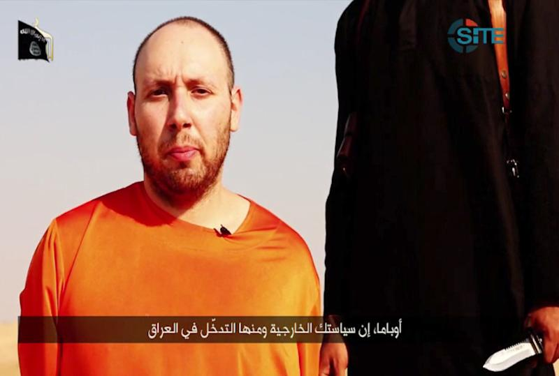 An image grab taken from a video released by the Islamic State and identified by private terrorism monitor SITE Intelligence Group on September 2, 2014, purportedly shows US freelance writer Steven Sotloff