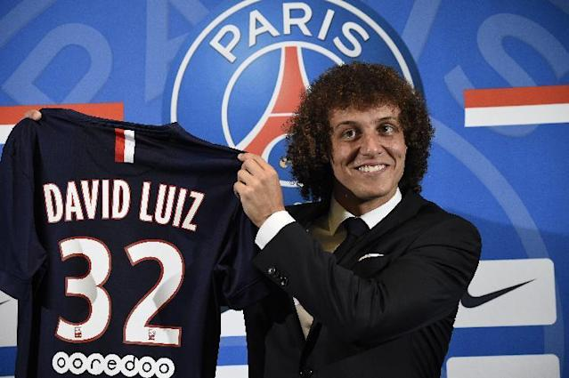 PSG newly recruited Brazilian defender David Luiz holds his new jersey during his official presentation, on August 7, 2014 in Paris (AFP Photo/Lionel Bonaventure)
