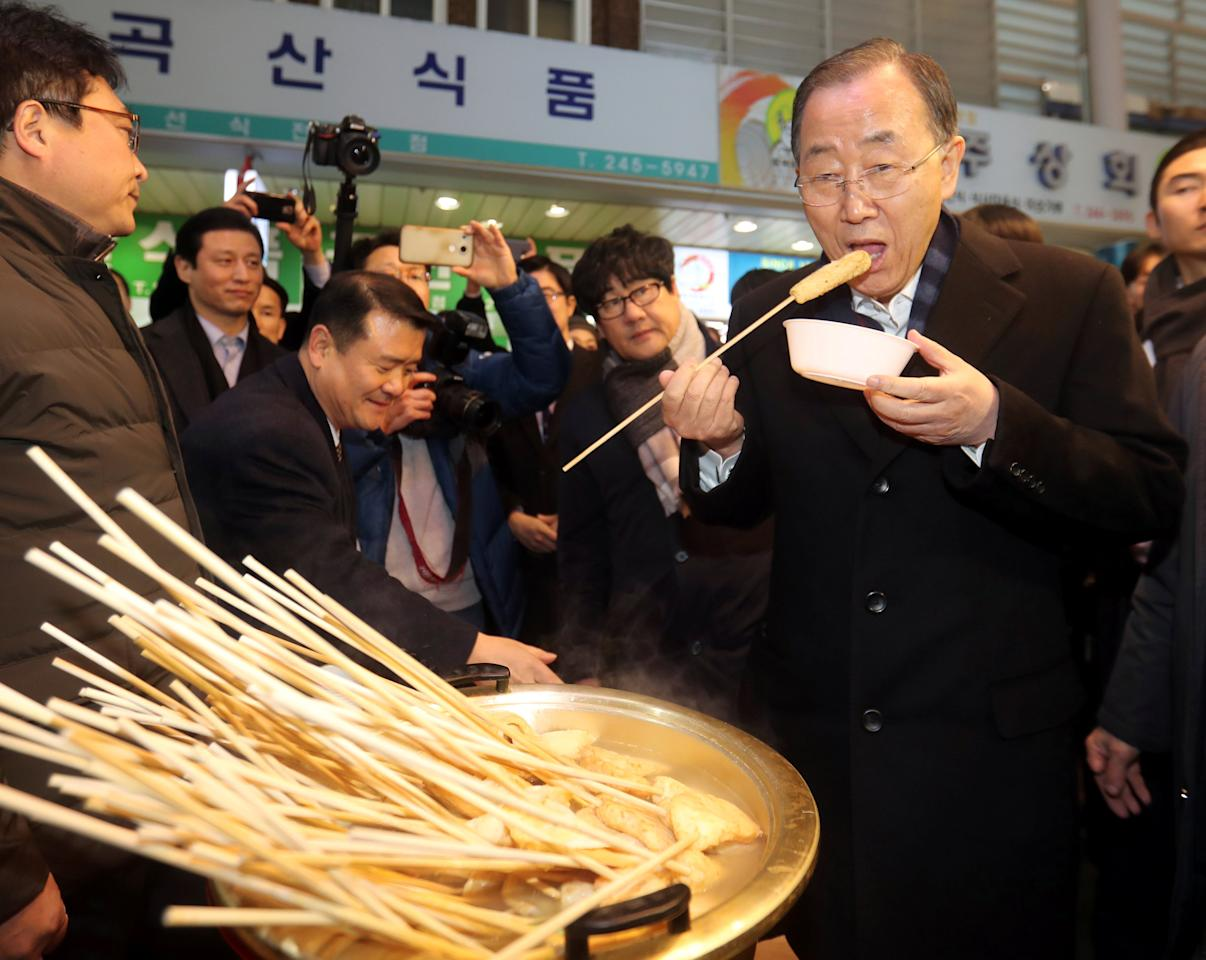 Former U.N. secretary-general Ban Ki-moon eats a street food at a traditional market in Busan, South Korea, January 16, 2017. Photo taken January 16, 2017. Kim Sun-ho/Yonhap via REUTERS   ATTENTION EDITORS - THIS IMAGE HAS BEEN SUPPLIED BY A THIRD PARTY. SOUTH KOREA OUT. FOR EDITORIAL USE ONLY. NO RESALES. NO ARCHIVE.