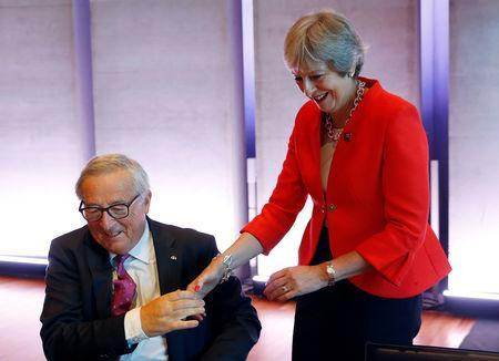 Britain's Prime Minister Theresa May is greeted by European Commission President Jean-Claude Juncker at the European Union leaders informal summit in Salzburg, Austria, September 20, 2018. REUTERS/Leonhard Foeger