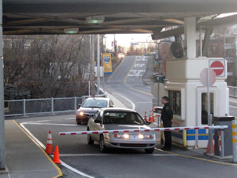 A bomb threat forced authorities to shut down one of the most important US-Canada border crossings on January 6, 2017