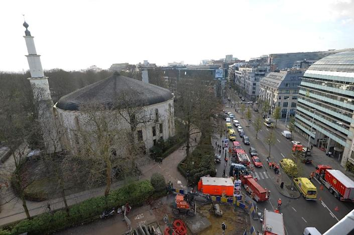 A picture taken on November 26, 2015 shows ambulances, police and fire fighter vehicles outside the mosque after a suspect letter with powder was found at the Great Mosque in Brussels on November 26, 2015 (AFP Photo/Eric Lalmand)