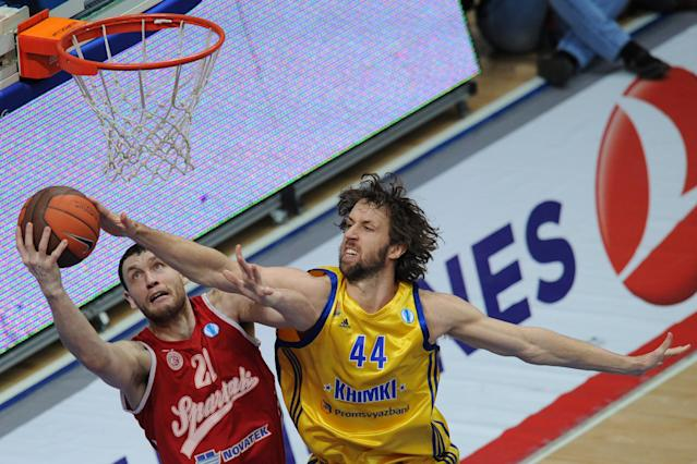 BC Khimki's Matt Nielsen (R) vies with BC Spartak Saint-Petersburg's Loukas Mavrokefalides during an Eurocup semi-final basketball match between BC Khimki and BC Spartak Saint-Petersburg in Khimki, outside Moscow, on April 14, 2012. AFP PHOTO / KIRILL KUDRYAVTSEV (Photo credit should read KIRILL KUDRYAVTSEV/AFP/Getty Images)