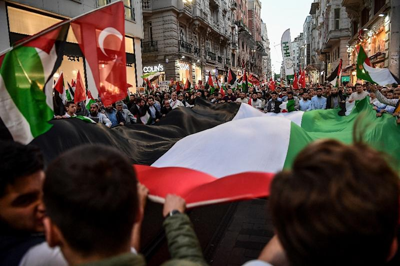 Protesters march along the Istikilal avenue in Istanbul during a demonstration against US President's decision to move the US embassy from Tel Aviv to Jerusalem (AFP Photo/OZAN KOSE)
