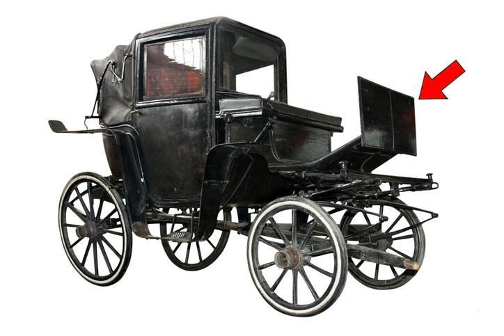 A carriage with the dashboard pointed out