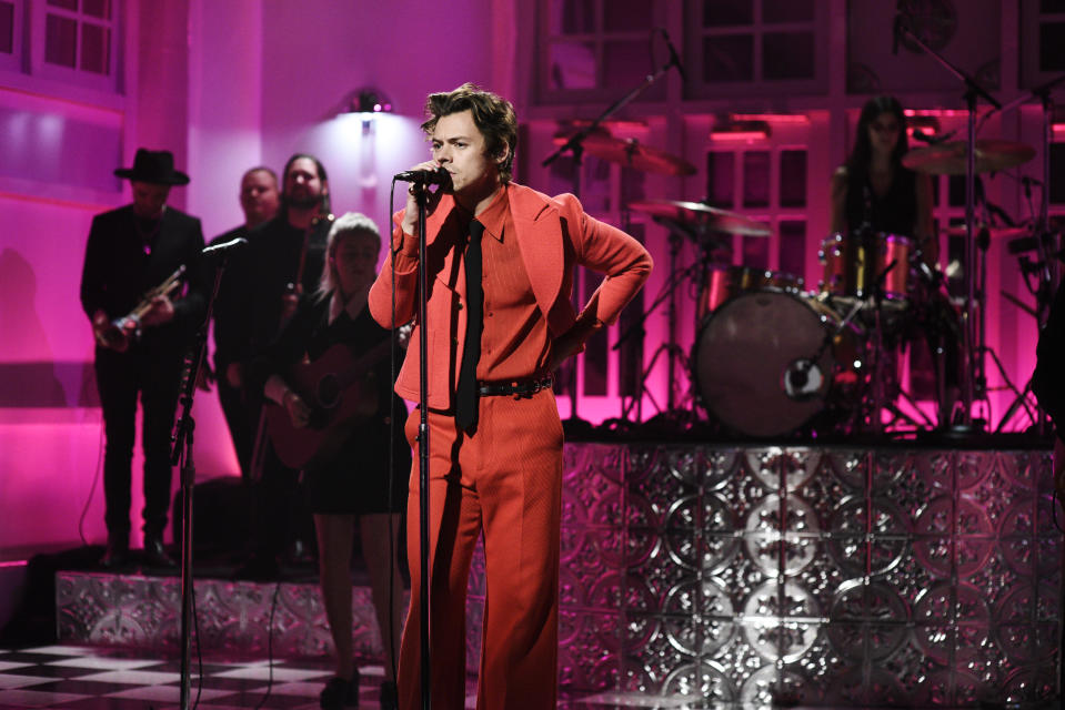 """Harry Styles wears a monochrome suit on """"Saturday Night Live."""" (Credit: Getty Images"""