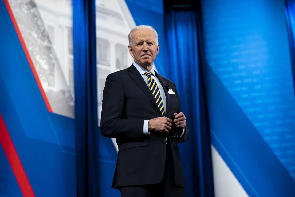 El presidente Joe Biden habla durante un foro abierto de CNN en The Pabst Theater en Milwaukee, el martes, 16 de febrero de 2021. (Doug Mills/The New York Times)