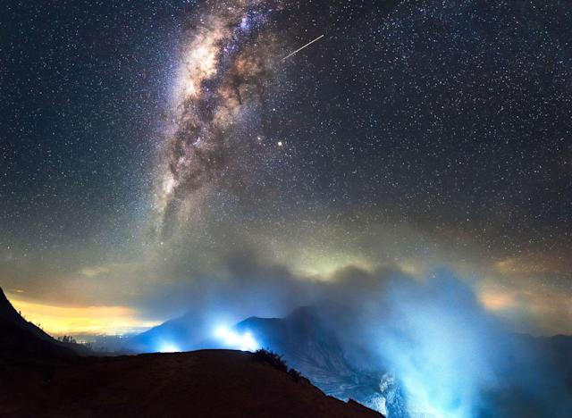 <p>The Milky Way Above Ijen Volcano, Malaysia. (Photo: Grey Chow/Caters News) </p>