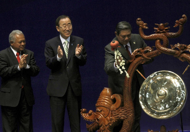 """U.N. Secretary-General Ban Ki-moon, center, and Indonesian Defense Minister Purnomo Yusgiantoro, left, applaud as Indonesian President Susilo Bambang Yudhoyono hits a gong to mark the opening of the Jakarta International Defense Dialogue in Jakarta, Indonesia, Wednesday, March 21, 2012. Ban told reporters Wednesday that escalating violence in Syria is """"extremely dangerous"""" and could have global repercussions. (AP Photo/Tatan Syuflana)"""