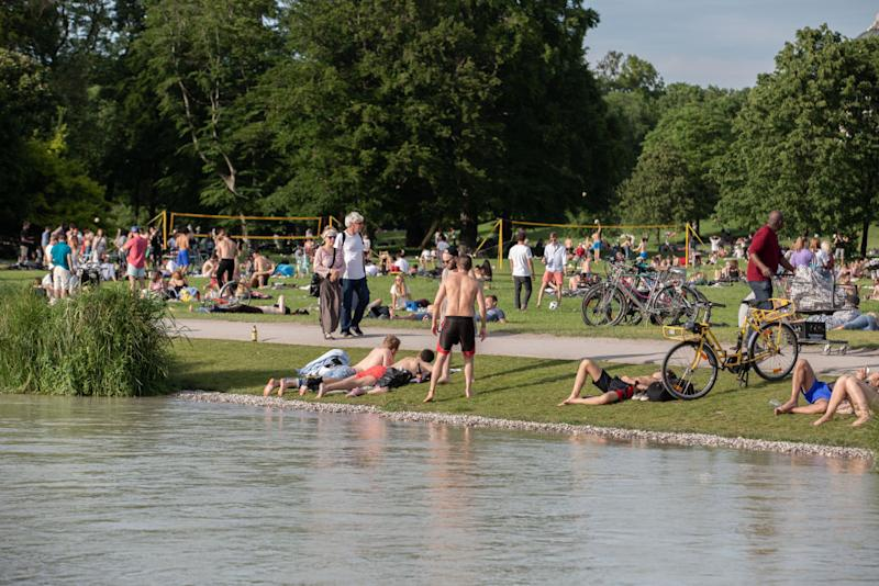 People relaxing in the grass doing sports such as beach volley or biking at the EIsbach. With temperatures of about 27 degrees celsius the spring finally arrived in Munich. On the weekend many people went to Englischer Garten and some even jumped into the Eisbach. (Photo by Alexander Pohl/NurPhoto)
