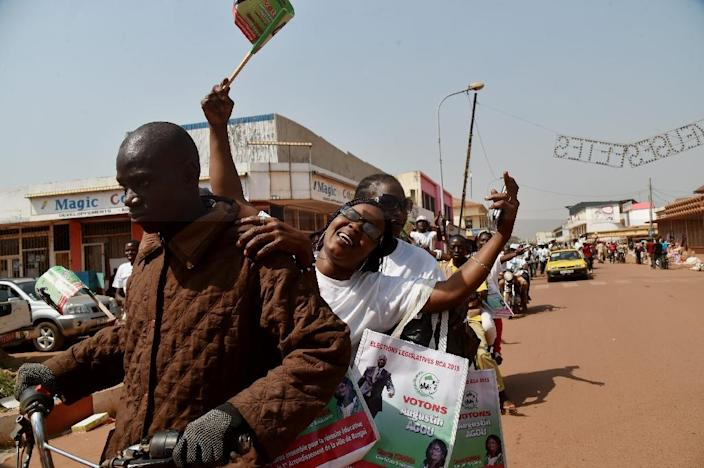 Supporters of Central African Republic presidential candidate Agustin Agou attend a campaign rally in Bangui on December 25, 2015 (AFP Photo/Issouf Sanogo)