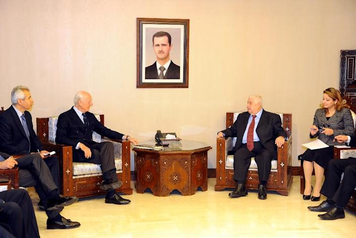 A picture released by the official Syrian Arab News Agency (SANA) shows Foreign Minister Walid Muallem (C-R) meeting with UN envoy for Syria Staffan de Mistura (C-L), in capital Damascus on January 9, 2016 (AFP Photo/)