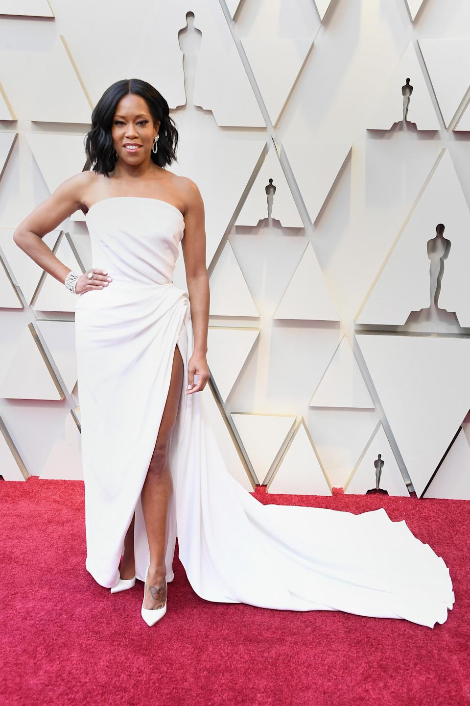 <p>The Best Supporting Actress nominee looked angelic in a white gown with a dramatic train by Oscar de la Renta. <em>[Photo: Getty]</em> </p>