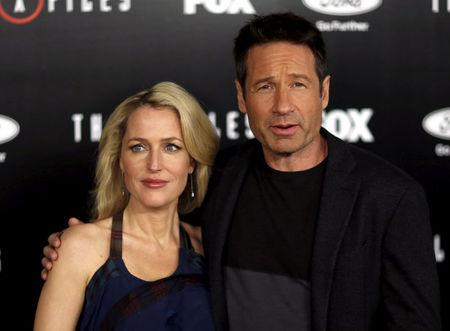 """FILE PHOTO: Cast members Gillian Anderson and David Duchovny pose at a premiere for """"The X-Files"""" at California Science Center in Los Angeles, California, U.S. on January 12, 2016.  REUTERS/Mario Anzuoni/File Photo"""
